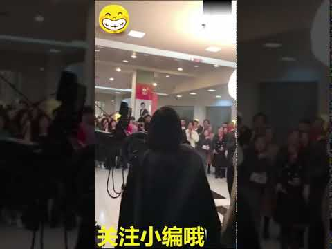 Jess greets fans in the Hunan Satellite TV studio building!