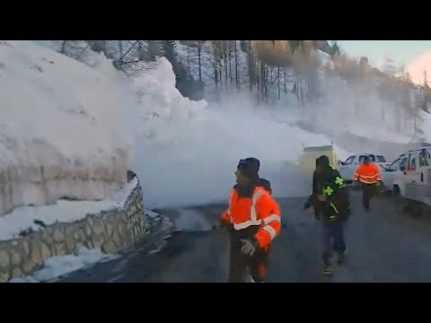 Avalanche sends rescue workers fleeing in Tignes, France