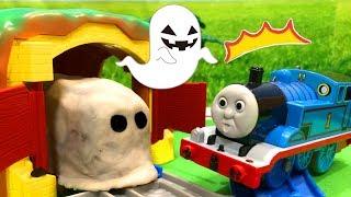 きかんしゃトーマス プラレール パーシーとトーマスに粘土がくっついてる! かくれんぼトンネルにはおばけ電車⁉Thomas & Friends おもちゃ thumbnail