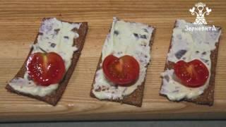 Закуски для фуршету. Рецепт - домашній плавлений сир, хлібці Зерновита та овочі.