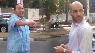 Kocaknya saat Sopir Marah marah usai Taksinya Ditabrak Pria Bule Mirip Aktor Hollywood, Malah Dicuek