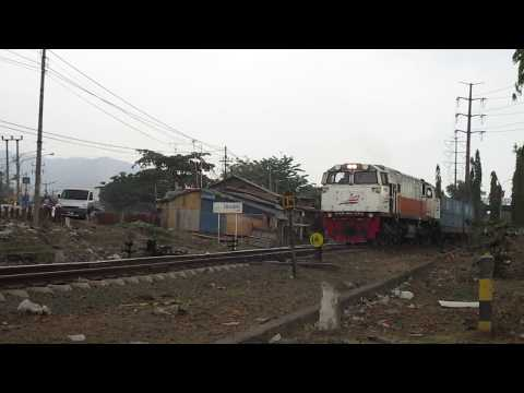 Kereta Api Batu Bara Keluar dari stasiun awal Cigading
