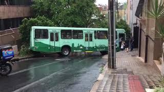 Ônibus bate em carro e poste na Região Centro-Sul de Belo Horizonte