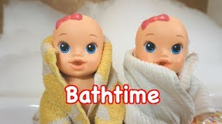 BABY ALIVE Twins Take Crazy Huge Bubble Bath With Lol Surprise Dolls And Poops!