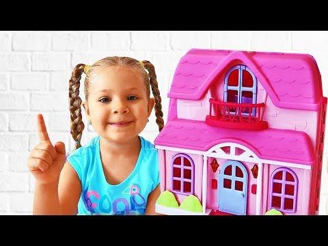 Diana y Roma juegan con casas de juguete