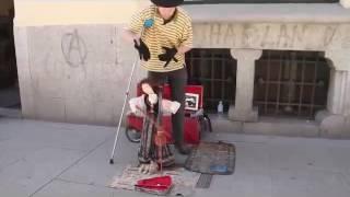 """Một nghệ sĩ đường phố """"đặc biệt""""!!!!!!!!!"""