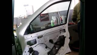 видео Демонтаж дверей и дверной коробки: инструкция по снятию ручки и петель