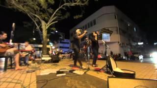 Miriでのマレーシアの友人との路上ライブ.