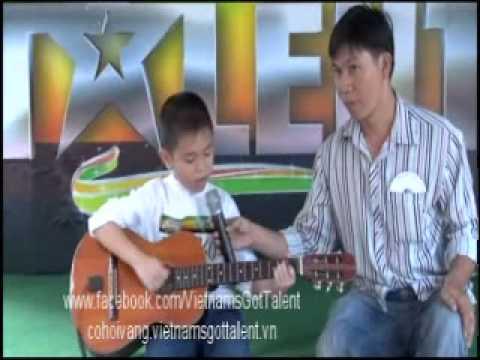 Cậu bé vừa đàn vừa hát - VietNam