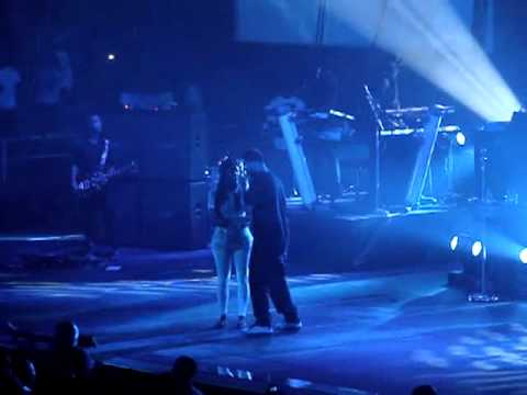 Drake Kisses Another Fan Live on Stage in Concert & Look At The Assets On This Girl!! Mp3