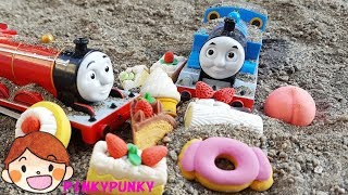 Learn Numbers with Thomas and Friends - Cakes and fruit toys in the sand for Kids! PINKYPUNKY