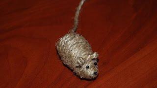 Мышка из шишки и веревки. Игрушка для кота. DIY mouse for a kitten