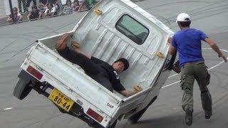軽トラの荷台に人を乗せて片輪走行 オートジャンボリー2013 thumbnail