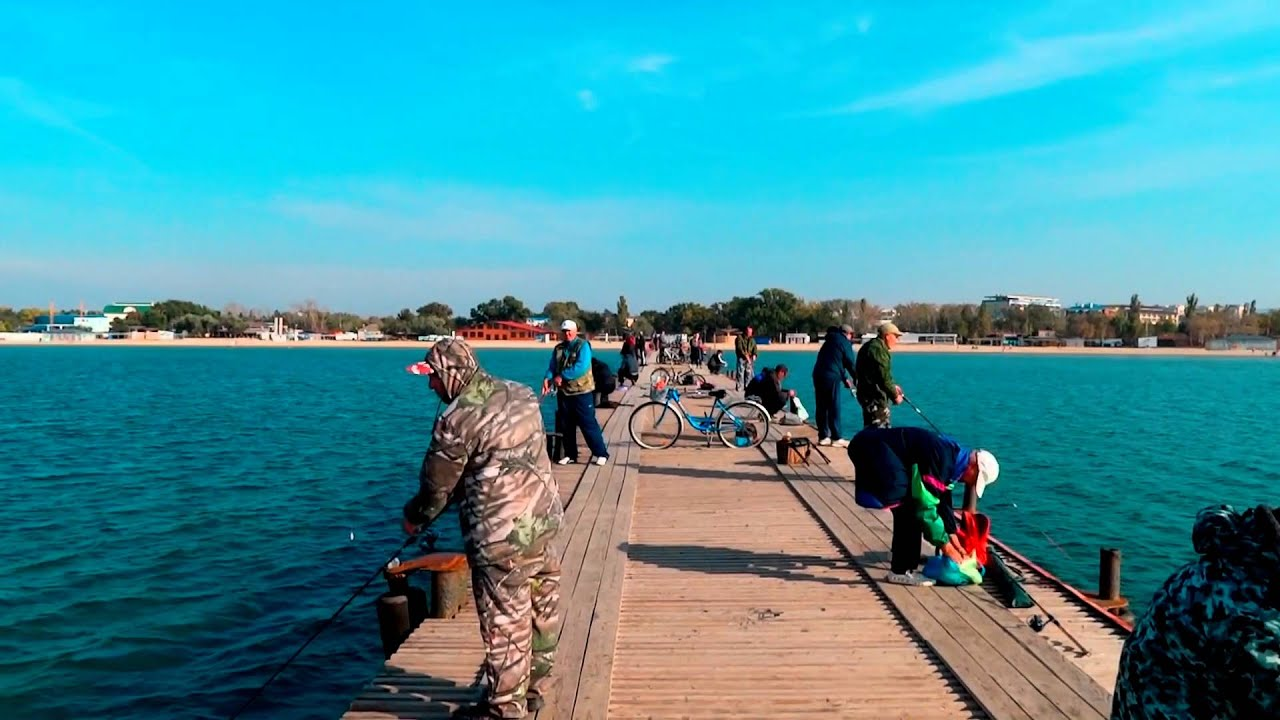 Рыбалка в Анапе на море с берега видео в октябре 2015 лов Саргана  http://www.welcometoanapa.ru
