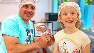 Nastya y Papa hicieron un tour de cacao para ver cómo se hace el chocolate.