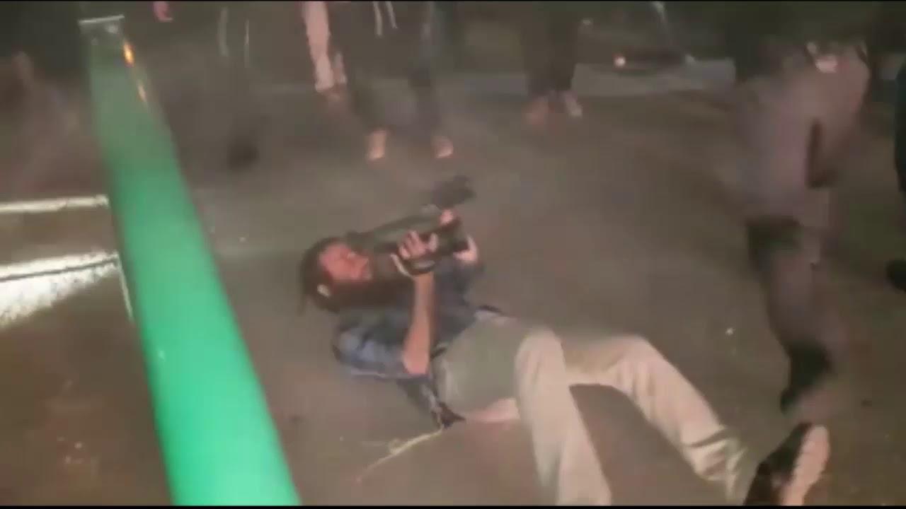 תיעוד: שוטרים תוקפים את עיתונאי הקול היהודי