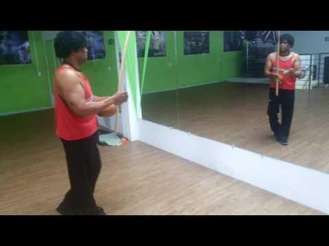 Samuel capoeira tocando berimbau