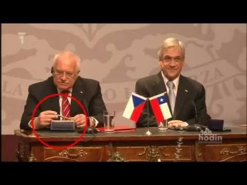 El presidente de la República Checa roba una pluma en Chile