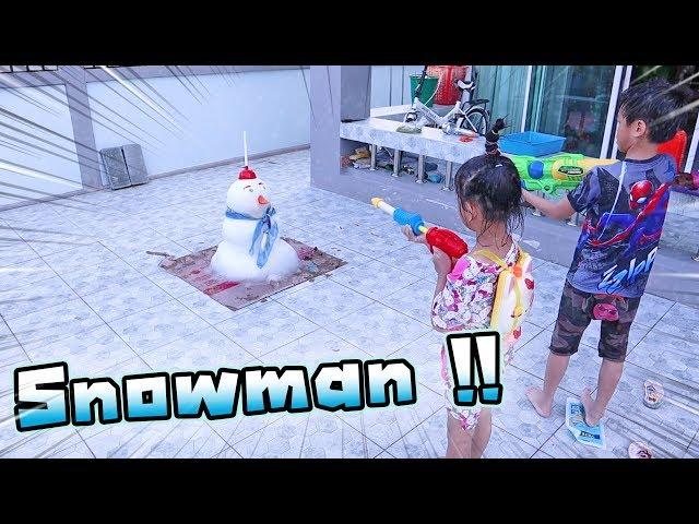 เจอมนุษย์หิมะหน้าบ้าน !! เล่นน้ำกับสโนว์แมน จนสโนว์แมนโกรธ !! - DING DONG DAD
