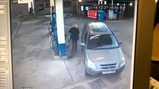 ГДЕ ЖЕ ЭТА КРЫШКА БЕНЗОБАКА?(В минутном ролике снятом камерой видеонаблюдения АЗС, женщина пытается подъехать правильным боком к бензо..., 2015-01-06T04:11:36.000Z)