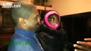 Маленькая девочка в первый раз видит брата-близнеца своего папы