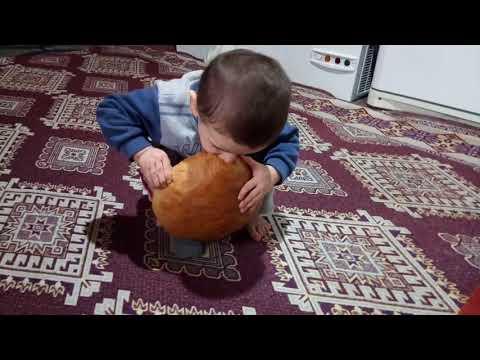 Kendi Kadar Büyük Köy Ekmeğini Yemeğe çalışan Bebek