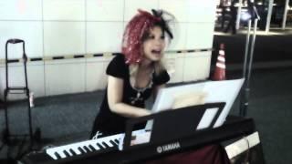 20120831@川崎駅東口にて~輝くbluemoonの下素晴らしい歌声を披露してく...