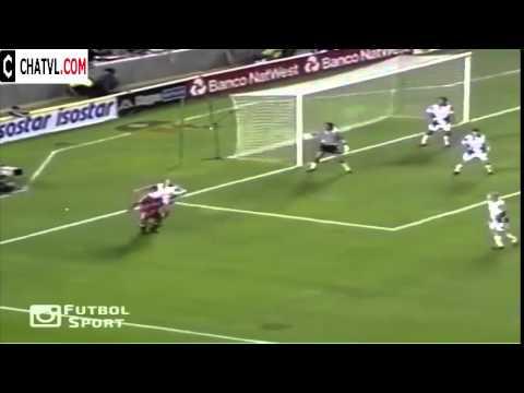 Anh thủ môn bị gã tiền đạo vờn như mèo vờn chuột