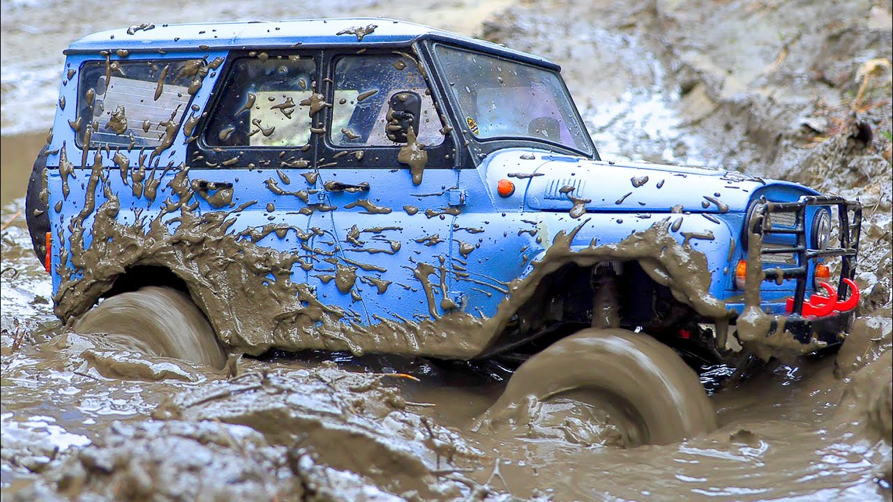 UAZ 469 and ZIL 131 - Best Russian Cars Racing in the MUD