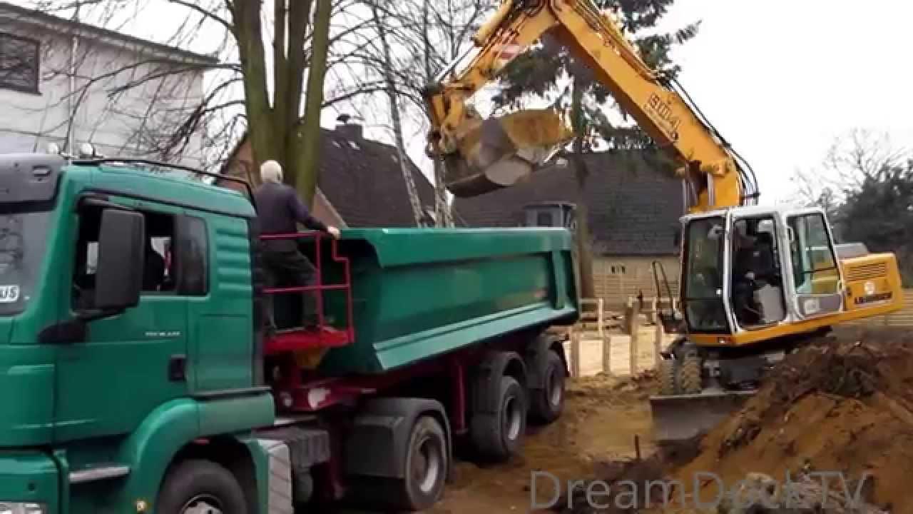 LIEBHERR BAGGER 904 BELÄDT LKW MIT SAND # SIEVERS TIEFBAU