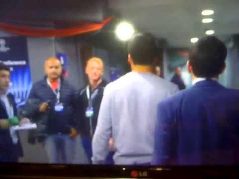 Liberman saludó a Luis Suárez y éste se tocó un testículo