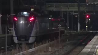 夜明け前、降雪の長野総合車両センターを出発、回送運転されたE353系3両編成。