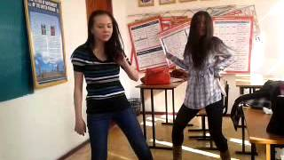 Две подруги танцуют под песню My Humps :D