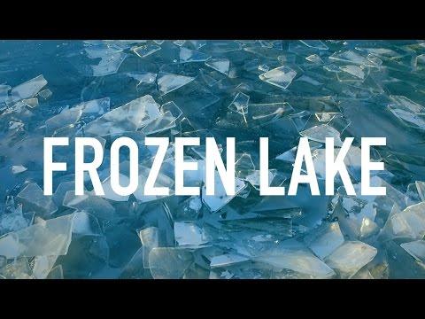 Moments congelats a vista d'dron i de gos ... al llac congelat  Balaton d'Hongria.
