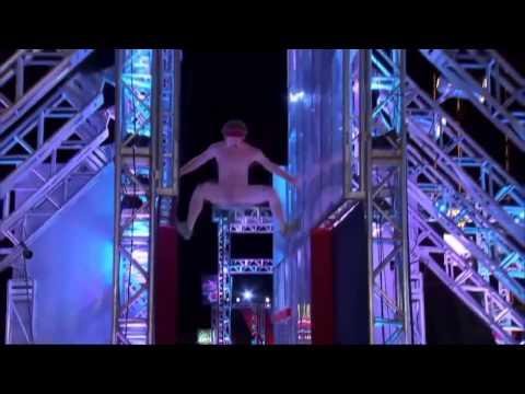 アメリカ版SASUKEに全裸男が乱入!身体能力高すぎてワロタwww