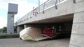Bestuurder bestelbus rijdt laadbak aan stukken onder Berlagebrug