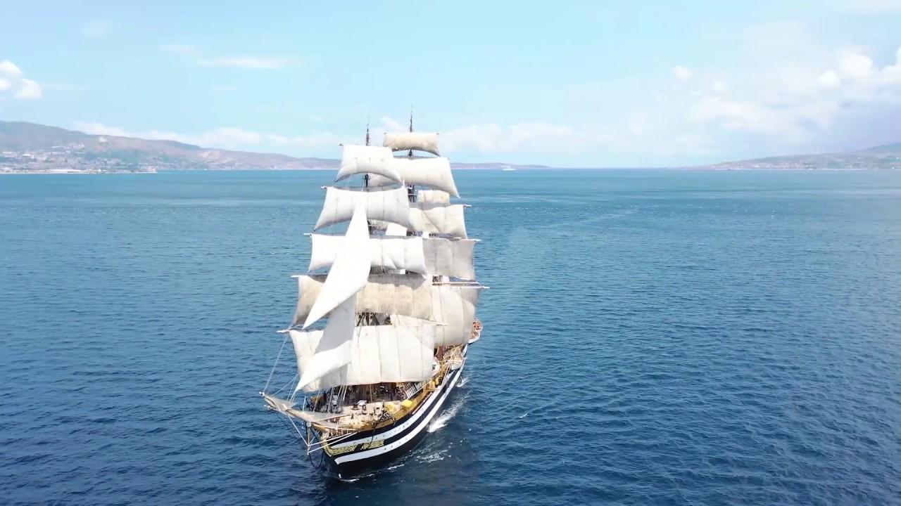 Nave Vespucci transita nello Stretto di Messina