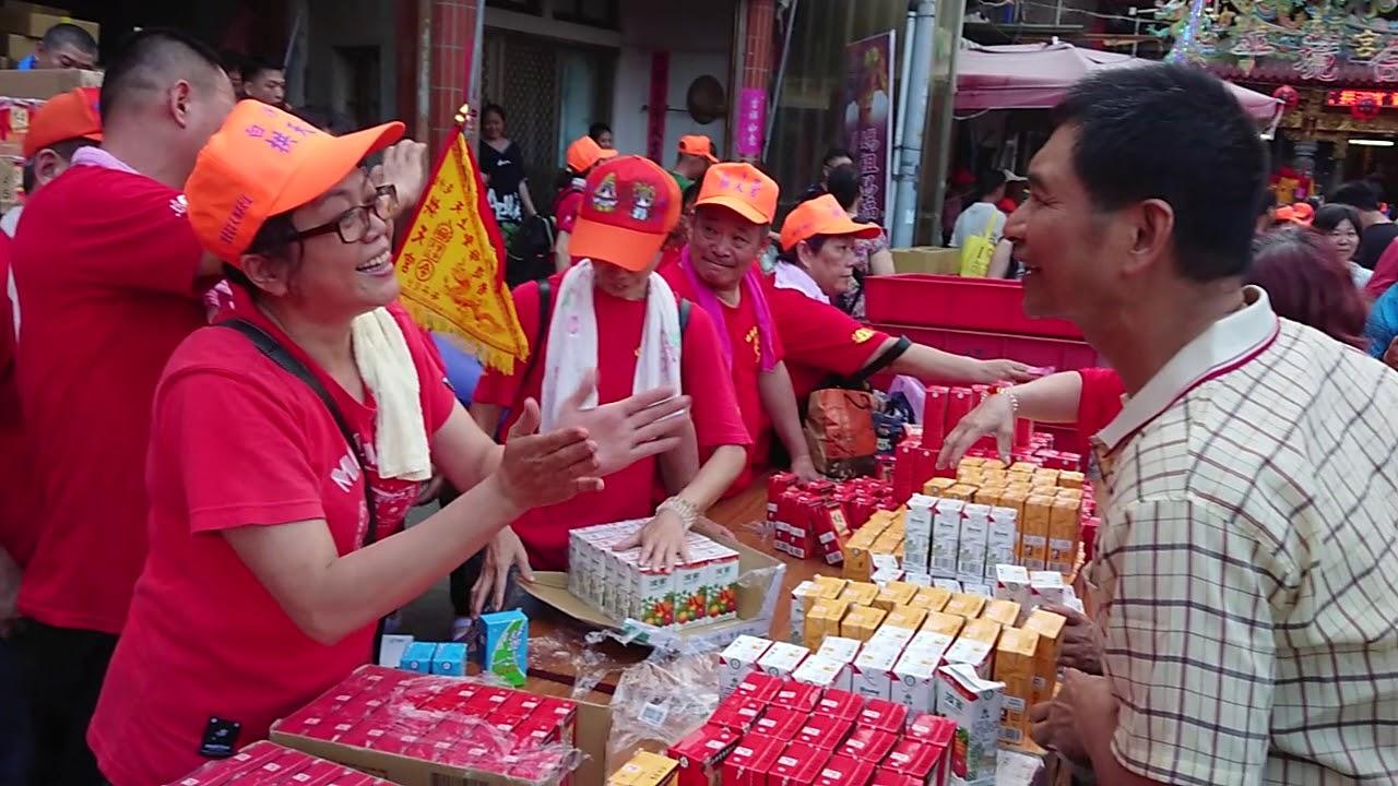 2018白沙屯媽祖進香---白沙屯媽祖出發前信徒熱心發送食物0516 - YouTube