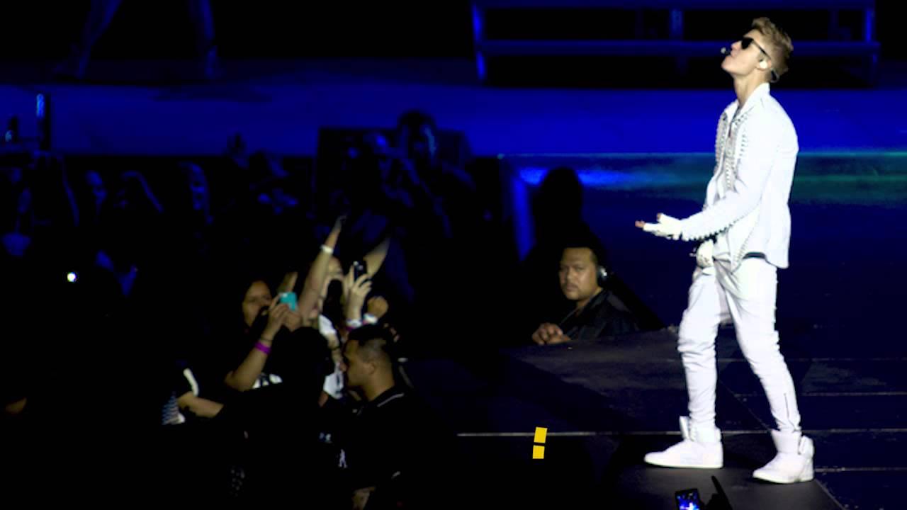 Justin Bieber Urinates On Stage! - YouTube