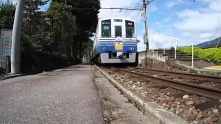 線路と道路がやたらと近づいている比島駅を通過するえちぜん鉄道の電車(きょうりゅう電車勝山行き)