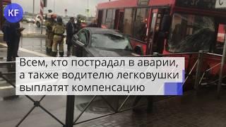 """Красный автобус в Казани протаранил на перекрестке """"Ауди"""""""