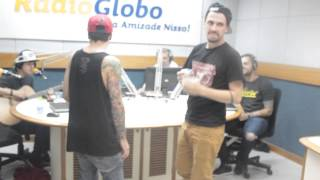 Banda Pier 13 fazendo dancinha de Andando a Pé na Rádio Globo