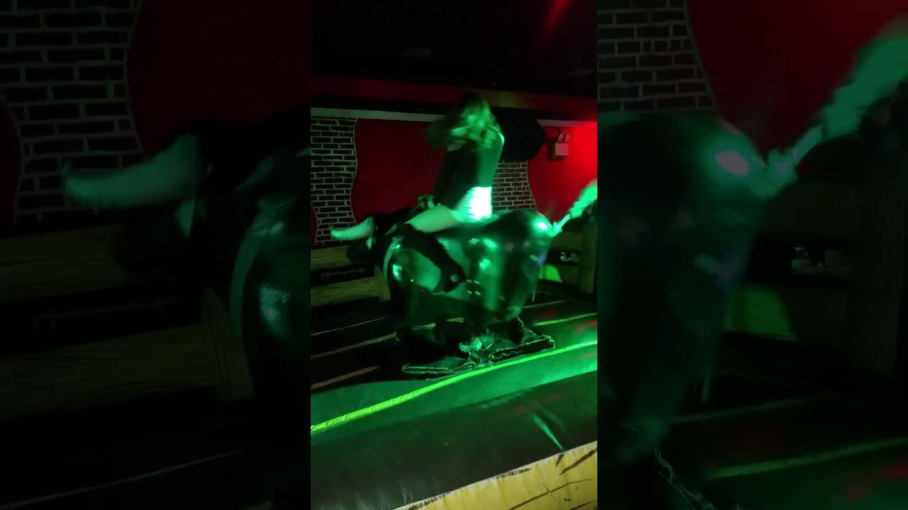 Mujer montando el toro mecanico en new jersey  3478704240