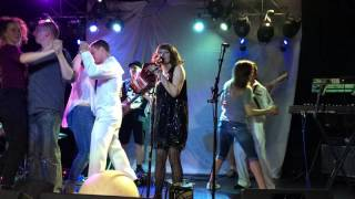 Кабаре-бэнд «Серебряная Свадьба» исполняет песню «Шалашик»