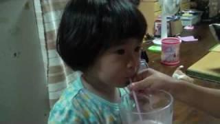 おもしろビデオ!お風呂上りに長女が飲んでいた炭酸水を次女(もうすぐ...