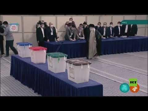 المرشد الأعلى الإيراني علي خامنئي يدلي بصوته في انتخابات الرئاسة الإيرانية