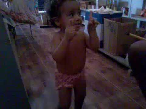 Menina de un ano e seis mes dancando taca taca thumbnail