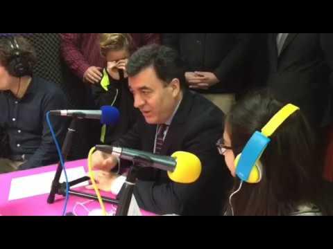 Román Rodríguez comparte un tiempo de radio con escolares de Cerdedo-Cotobade