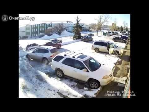 Женщина на внедорожнике отъезжает с парковки
