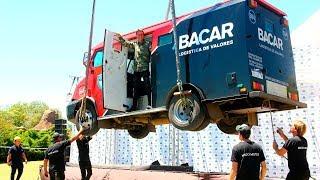 Hizo desaparecer un camión de caudales y soltó 100 mil pesos sobre el público